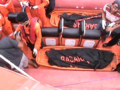 Proses evakuasi korban kecelakaan laut oleh tim Badan SAR nasional Kendari beberapa waktu lalu. FOTO : FT