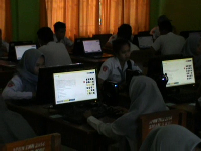 pelaksanaan UNBK di SMA Negeri 9 Kendari yang dipantau kadis PK Sultra. FOTO : FT