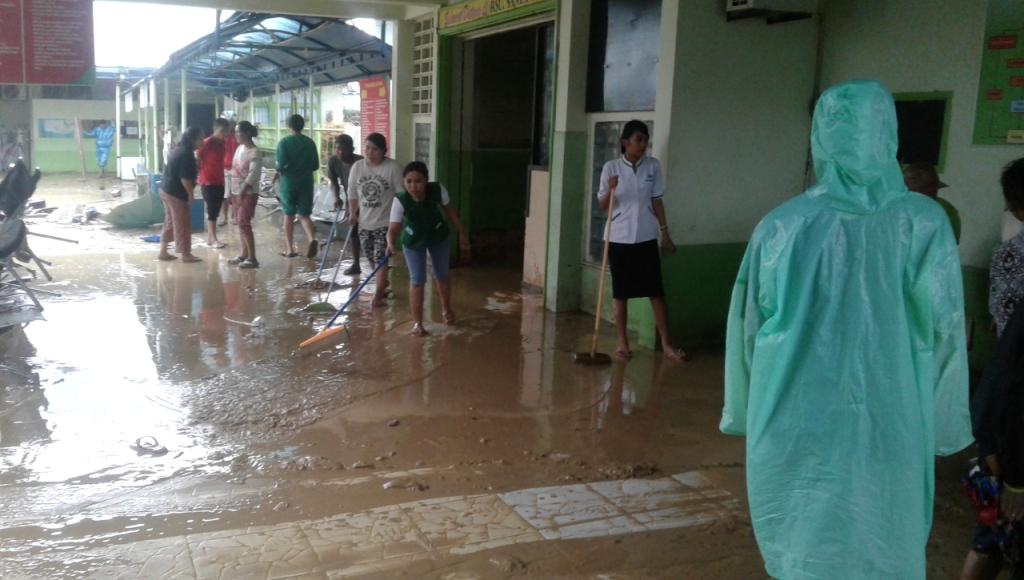 Banjir Surut, Perawat di RS Santa Anna Bersihkan Lumpur