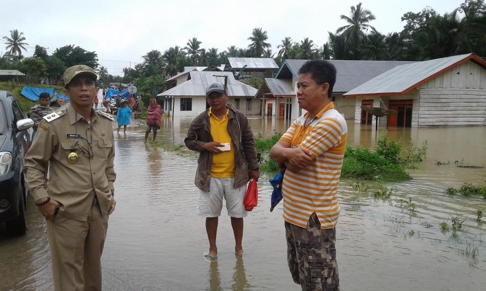 Wakil Bupati Konsel H. Arsalim saat melakukan pemantauan di lokasi banjir di desa Andoolo di dampingi Sekcam Andoolo Muh Syawal. FOTO : HERMAN
