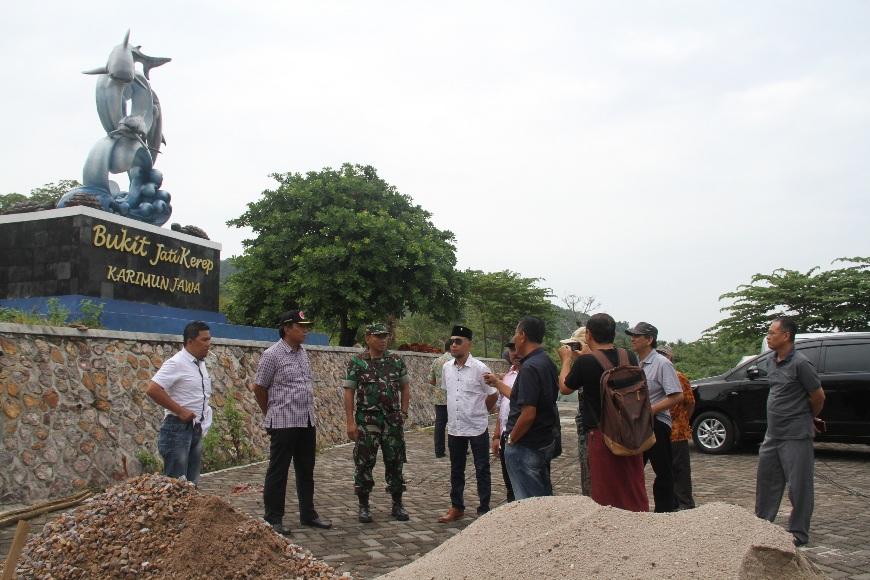 Wakil Bupati (Wabup) jepara Dian Kristiandi, S.Sos (berkopiah) saat melakukan pantauan sejumlah proyek di Karimun Jawa Jepara. FOTO : DSW