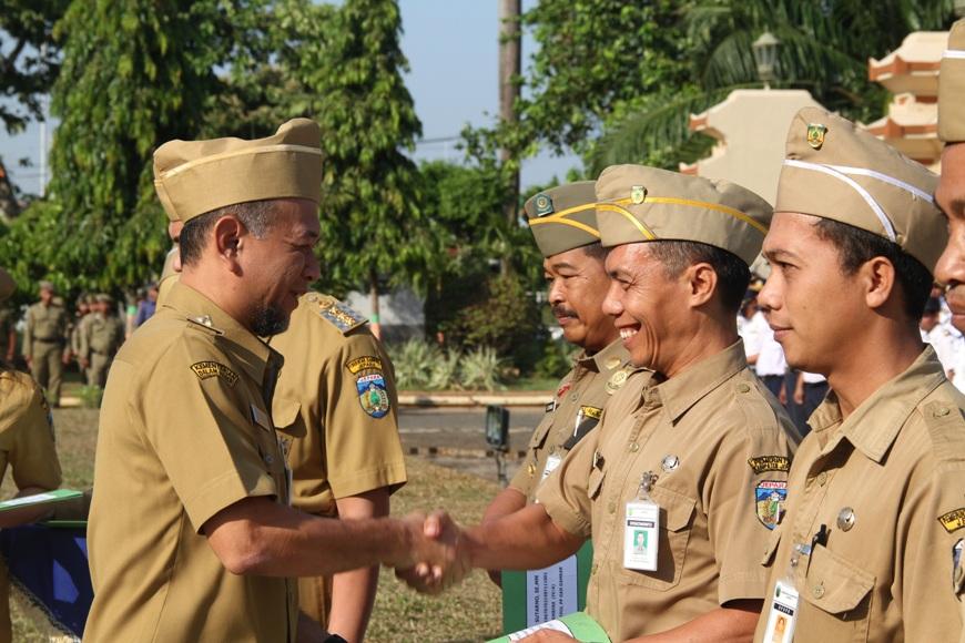 Wakil Bupati Jepara dian Kristiadi menyerahkan SK Kenaikan pangkat kepada PNS usai menggelar Apel Pagi di halaman kantor Bupati Jepara pagi tadi. FOTO : DSW