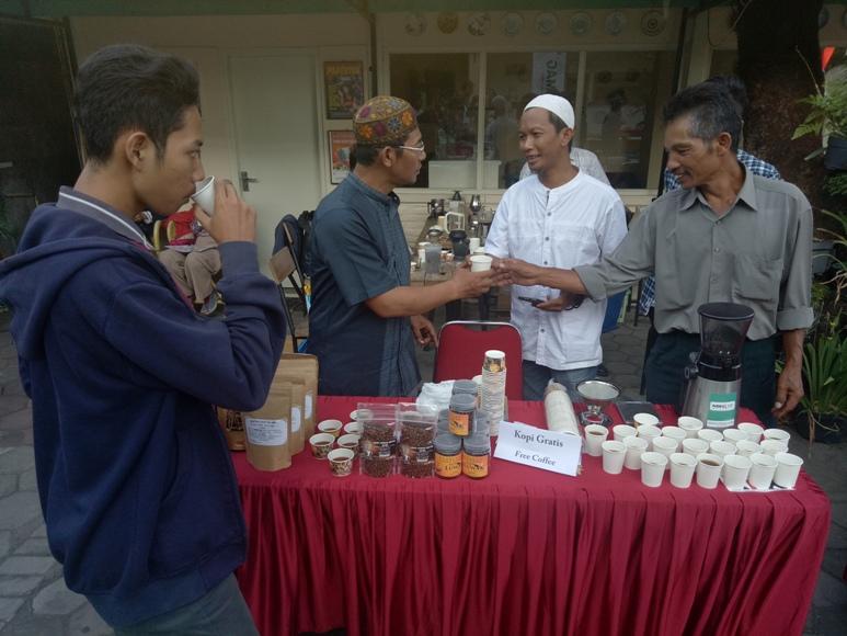 Dalam rangka memperingati HUT RI ke-72, Penggiat Kopi Yogyakarta menyediakan 5000 gelas kopi gratis bagi masyarakat dan wisatawan. FOTO : NADHIR ATTAMIMI