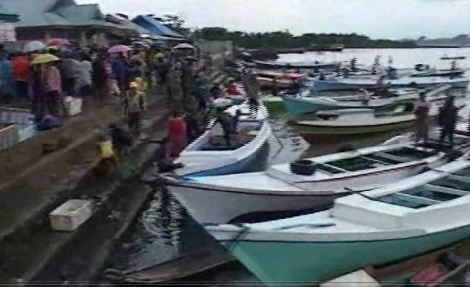 Kapal nelayan di pelabuhan peleangan Ikan kendari saat ini memilih tidak melaut, sehingga harga ikan mulai mahal. FOTO ; FEBRI