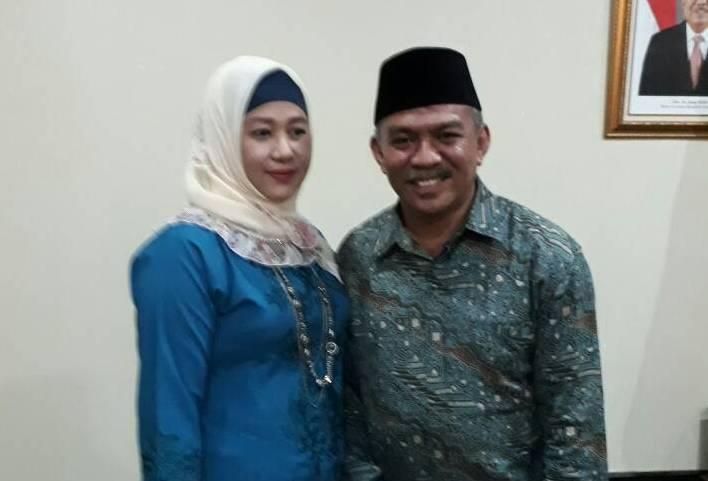 kepala Kemendepag Sultra yang baru Dr Abdul Kadir M Pd bersama Istri. FOTO : FA