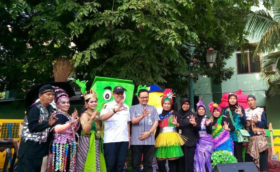 Walikota Yogyakarta, Haryadi Suyuti bersama warga menunjukkan penghargaan adipura tahun 2017. FOTO : NADHIR ATTAMIMI