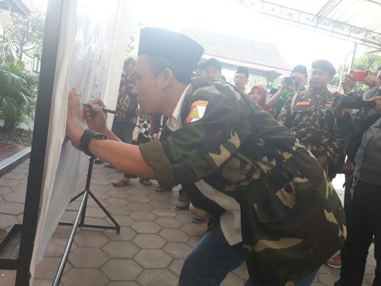 Ansor dan Banser Sleman saat membubuhkan tandatangan Deklarasi Dukungan Terhadap Perpu Ormas. FOTO : NADHIR ATTAMIMI