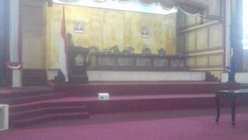 """Eksekutif Bersama Legislatif Teken MoU KUA-PPAS APBDP 2018 Sultra tegas.co., KENDARI, SULTRA - Eksekutif pemerintah Provinsi bersama Dewan Perwakilan Rakyat Daerah (DPRD) Sulawesi Tenggara (Sultra) menandatangani Memorandum of Understanding (MoU) atau Nota Kesepahaman Kebijakan Umum Anggaran (KUA) - Perioritas dan Plafon Anggaran Sementara (PPAS) perubahan APBD 2018, 13 September 2018 di Gedung DPRD setmpat.  MoU ini merupakan kelaziman bila dilakukan APBD Perubahan setiap tahun. Kali ini ditandatangani oleh Wakil Gubernur Baru, Lukman Abunawas karena Gubernur Ali Mazi sedang tugas luar. APBD Sultra tahun 2018 memiliki postur belanja sebesar 3,5 Triliun rupiah dan APBDP 2018 ini postur belanjanya naik menjadi 3,9 Triliun rupiah. """"Ada penyesuaian pendapatan daerah sebesar Rp. 417 Milyar,""""ungkap Ketua Komisi IV DPRD Sultra, Yaudu Salam Ajo.  Penyesuaian pendapatan sebesar Rp. 417 Milyar ini akan diarahkan untuk menuntaskan beberapa program perioritas. Diantaranya infrastruktur jalan dan pelabuhan, termasuk drainase dan urusan perizinan usaha perikanan para nelayan se Sultra.  Selain itu kata Yaudu, juga untuk memperkuat Bank Perkreditan Rakyat, BPR Bahteramas serta melunasi pinjaman Pemerintah Provinsi.  """"Program perioritas ini adalah merupakan hasil pembahasan TAPD Pemerintah Daerah dan Badan Anggaran DPRD Provinsi Sultra selama beberapa hari,""""katanya. Dirharapkan kedepan, Gubernur baru Ali Mazi dan wakilnya, Lukman Abunawas dapat memberi harapan baru untuk kemajuan Sulawesi Tenggara. PUBLISHER: T I M"""