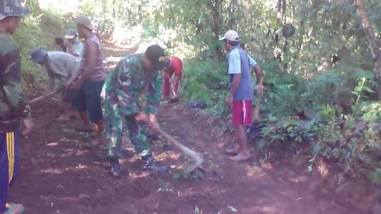 Anggota TNI Kodim yang bertugas sebagai babinsa saat bersama melakukan kegiatan sosial. FOTO : ASL