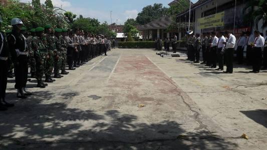 Apel Siaga TNI-Polri jelang Hari Buruh yang akan di peringati pada tanggal 1 Meri 2017 di halaman Mapolres Probolinggo. FOTO : ASL