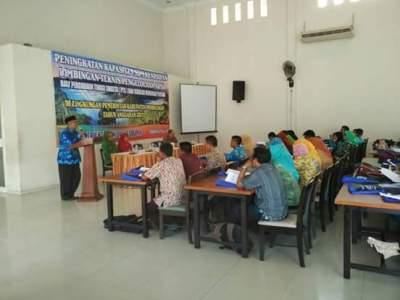 Probolinggo, Asy'ari, SH., M.Si saat membuka kegiatan bimtek kerasipan yang di ikuti staf TU PTS dan SMP. FOTO : ASL