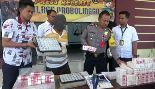 Satgas Pangan Polres Probolinggo menunjukkan bareang bukti galam illegal yang diamankan dari pabrik. FOTO : ASL