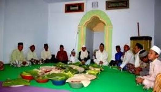 penganut Islam Aboge di probolinggo yang baru menetapkan jadwal awal ramadhan pada hari Minggu (28/5) 2017. FOTO : ASL
