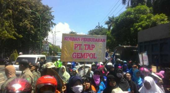 Aksi May Day di Kabupaten Pasuruan jawa Timur mengangkat tema Stop perbudakamn. FOTO : ASL