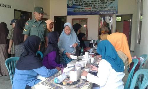 salah satu anggota TNI Serda Umar Makruf yang turut melaksanakan penyuluhan kesehatan Lansia. FOTO : ASL