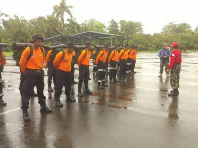 "Prajurit TNI Kodim 0820 probolinggo saat memberikan pelatihan dasar Sar kepada karyawan PT Ipmomi. FOTO "" ASL"