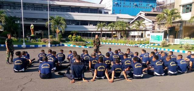 Puluhan anggota Satpm PT Sasa Inti memngikuti pelatihan bela diri yang diberikan dari anggota TNI probolinggo. FOTO ; ASL