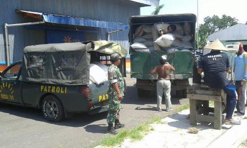 Wujud dukungan TNI terhadapa ketahanan pangan dengan turut membantu petani mengangkut gabah ke pihak bulog. FOTO : ASL