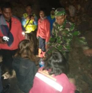 Dua Turis asal Francis perempuan ini (Duduk) berhasil ditemukan tim penyelama saat tersesat di gunung Bromo. FOTO : ASL