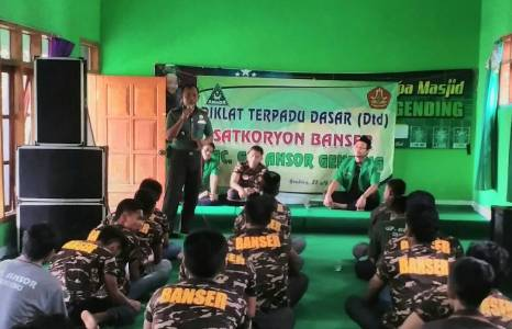 Tim Banser saat mengikuti kegiatan wawasan kebangsaan di sela-sela Diklatsar yang diberikan oleh jajaran TNI probolinggo. FOTO : ASL