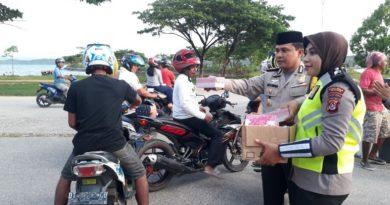 Kapolres Muna Bersama Polwan Bagi-Bagi Takjil di Bulan Ramadhan