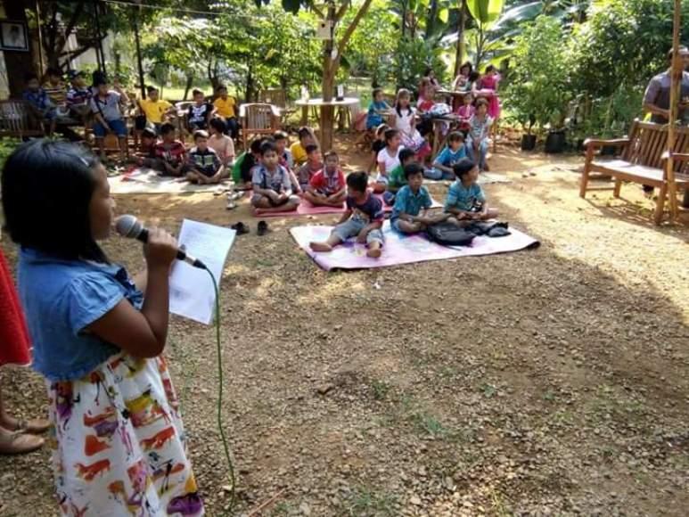 Seorang anak saat membacakan puisi di hadapan teman-teman sepermainannya. FOTO ; DSW