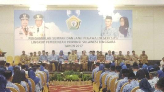 Gubernur Sultra H Nur Alam saat memberikan pengarahan kepada ribuan ASN Lingkup Pemprov di salah satu hotel di Kota kendari FOTO : BAIM. J