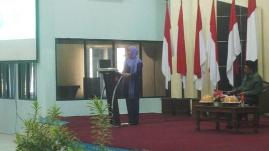 menteri Sosisal RI Kofifah indar parawansah saat memberikan mata kuliah umum di IAIN Kendari. FOTO : BAIM. J