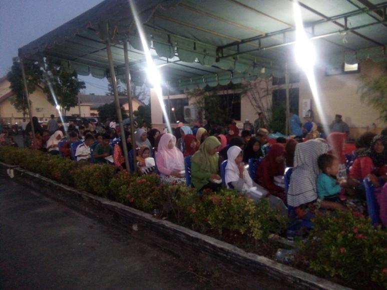 Ratusan anak yatim seKabupaten Aceh Singkil yang ikut berbuka puasa bersama dengan Bupati Aceh Singkil Syafriadi. FOTO : MAN
