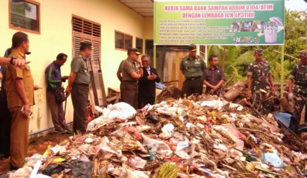 Pengolahan Sampah dari Limbah masyarakat menjadi produk-produk yang sangat bermanfaat bagi masyarakat yang ditinjau Tim penilai Binter TNI diMakodim Aceh Timur. FOTO : ROBY SINAGA