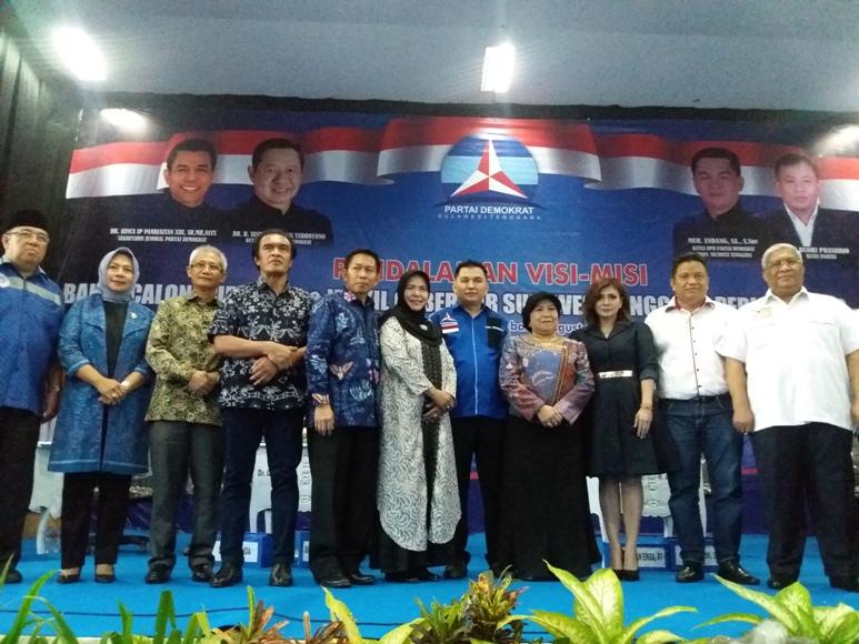 bakal calon Gubernur Sultra gelar foto bersama usai menggelar visi dan Misi di DPD penjariangan cagub di partai demokraty yang digelar di Baubau. FOTO : LM FAISAL