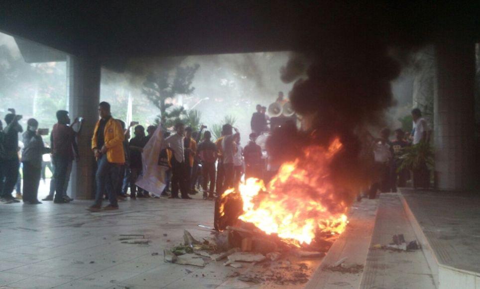 Aksi Mahasiswa UHO yang mberunjukrasa di rektoprat UHO dengan membakar ban bekas serta menyegel rektorat UHO. FOTO ; LARAS MITA