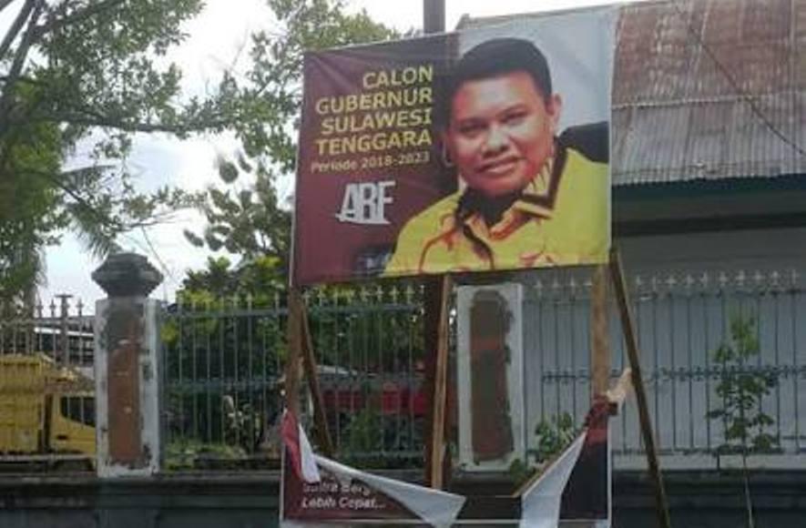 Salah satu Baliho milik Bakal calon Gubernur Abdul Rahman Farisi yang di duga di rusak orang yang tidak bertanggungjawab. FOTO : LM FAISAL