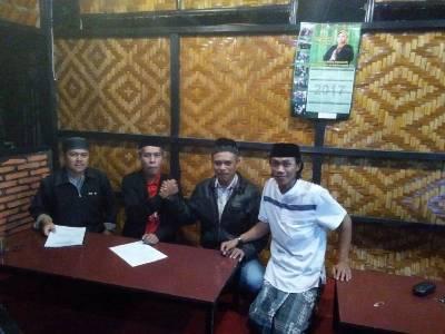 Tim pemenangan balon Bupati Andi Sugiarti MK saat mengembalikan formulir pendaftaran di DPC PDIP Bantaeng. FOTO : SYAMSUDDIN