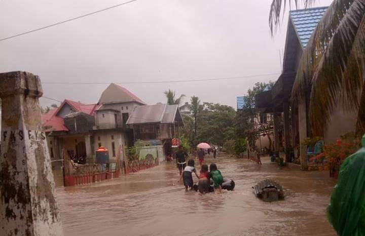 Banjir di Buton Utara melumpuhkan transportasi lalulintas darat. FOTO : MIRDAT