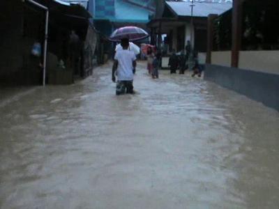 Banjir di kelurahan kampung Salo kecamatan kendari menjadikan ratusan ruumah warga terendam air. FOTO : FT