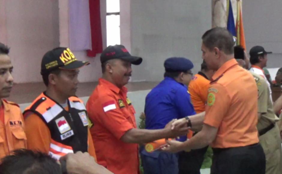 menyerahkan piagam penghargaan kepada perwakilan Komunitas SAR di Temanggung. FOTO : BISMA SURYA KURNIAWAN