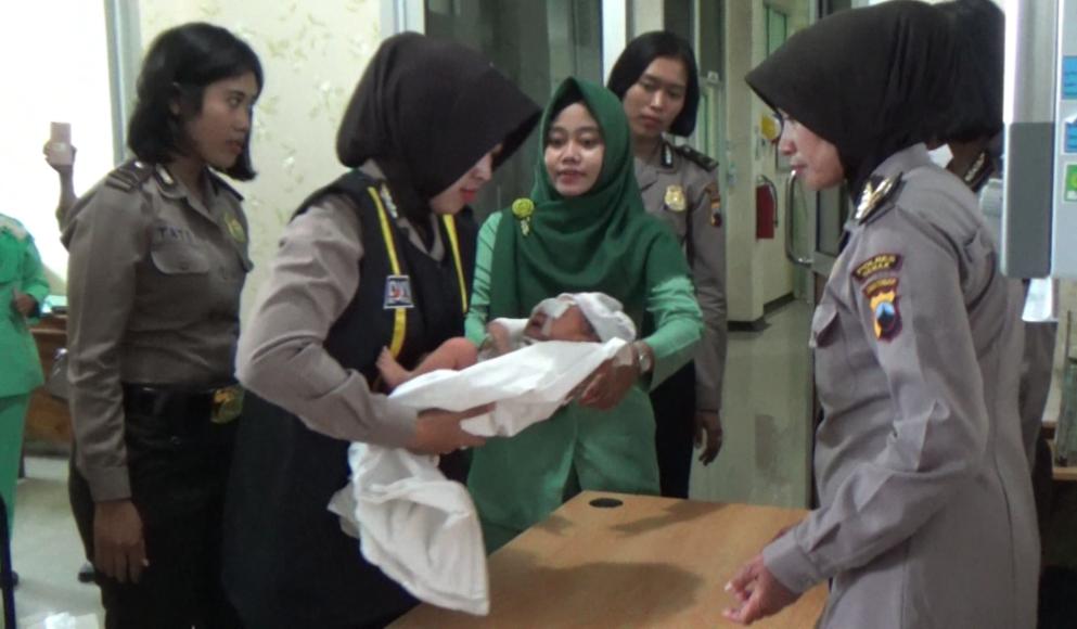 bayi yang ditemukan warga di waktu subuh dini hari di bawah oleh anggota Polwan polres demak untuk dilakukan perawatan di salah satu rumah sakit. FOTO : DSW