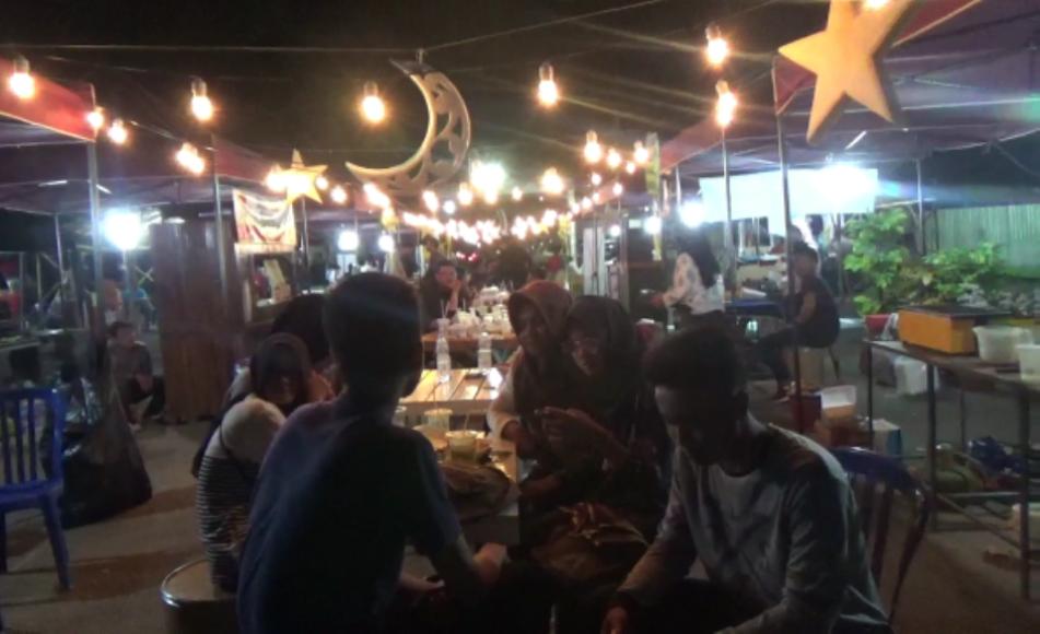 Pengunjung bazar ramadhan di eks pabrik gula Calomadu saat menikmati berbagai kuliner yang di jajakan di lokasi bazar. FOTO : BISMA SURYA KURNIAWAN