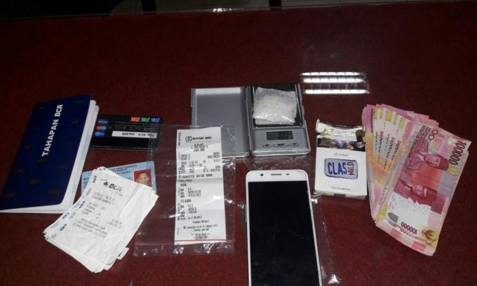 Barang bukti berupa Narkoba, Buku Tabungan dan lembaran uang yang diamankan jajaran kepolisian. FOTO : ONNO