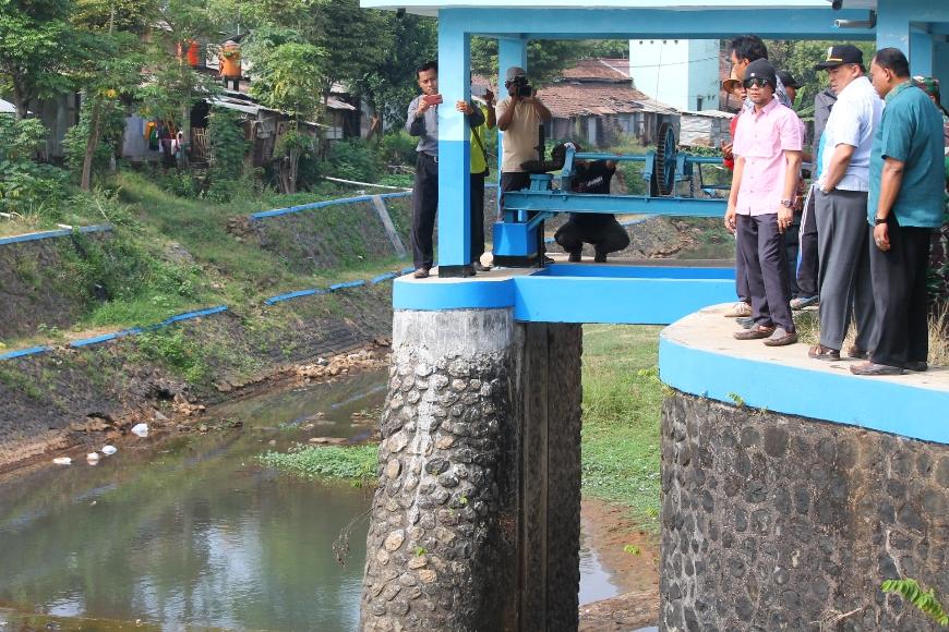 Bupati Jepara Ahmad Marzuki (pakai topi) saat meninjau Sungai Besar Karangrandu Yang Tercemar. FOTO : DSW