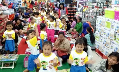 Lomba menggambar oleh anak-anak usia dini di salah satu pusat perbelanjjan di kota Solo. FOTO : BISMA