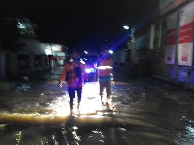 Relawan SERI Sukoharjo melakukan patroli keliling terkait bencana banjir yang hyampir menggenangi sebagain Sukoharjo. FOTO BISMA SURYA KURNIAWAN