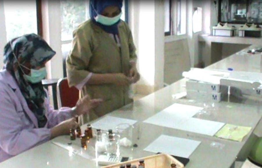 Balai Pengawas Obat dan makalan saat menguji Laboratorium Pil PCC yang beredar di Kota kendari. FOTO : FEBRI