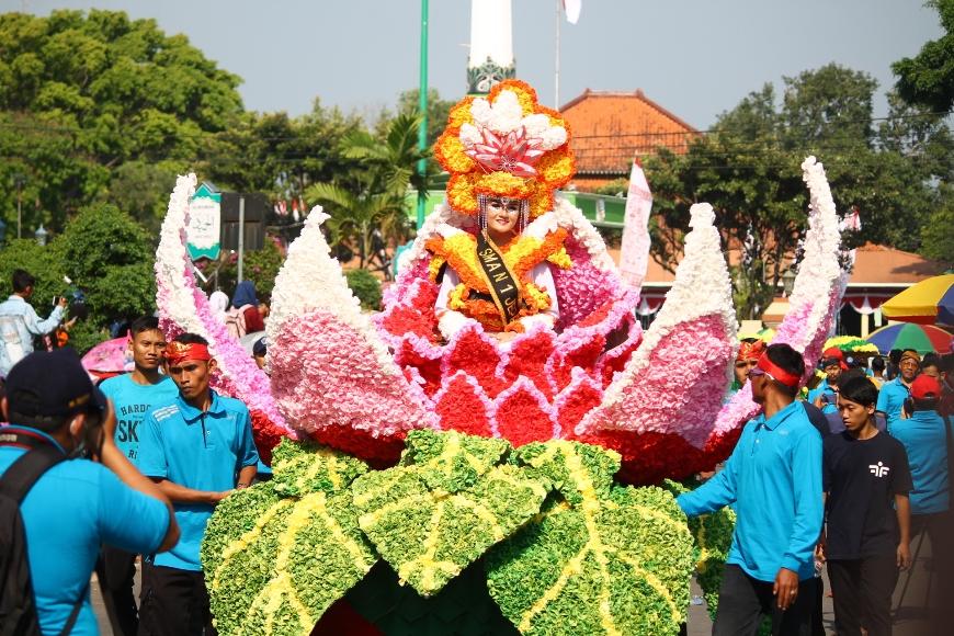 Karnaval Kebangsaan dalam memperingati HUT RI Ke 72 di Jepara. Satu diantaranya performance dari SMAN I Jepara yang menampilkan parade bunga-bunga cantik. FOTO : DSW