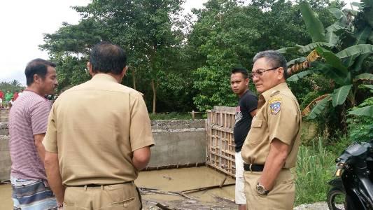 Bupati Koltim Drs. H. Tony Herbiansyah, M.Si saat meninjau lokasi putusnya jembatan yang menghubungkan dua desa di kecamatan Dangia pagi tadi. FOTO : NIKEN