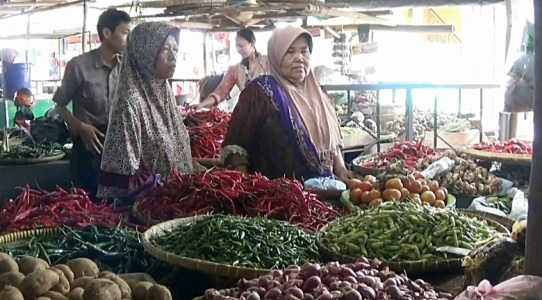 harga Cabai dan bawang Putih jelang bulan puasa lebih duluan melambung harganya di banding dengan harga sembako lainnya. FOTO : NURAKHMAWATI