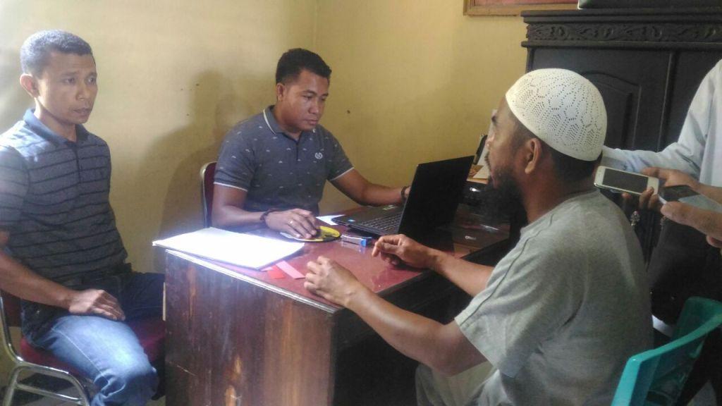 Guru Ngaji yang melakukan tindak cabul saat diperiksa penyidik Polisi. FOTO ; ONNO