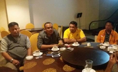 Abdul sadat (paling kiri) siap mendampingi Ridwan Bae di Pilgub Sultra saat memberikan keterangan pers di salah satu hotel tadi malam. FOTO : ONNO