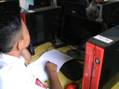 salah satu peserta UNBK harus kehilangan waktu setelah komputer yang di gunakan tiba-toba down saat mengerjakan soal. FOTO : FT